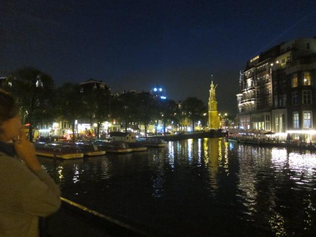 Contemplando a aleatoriedade da existência na noite de Amsterdam